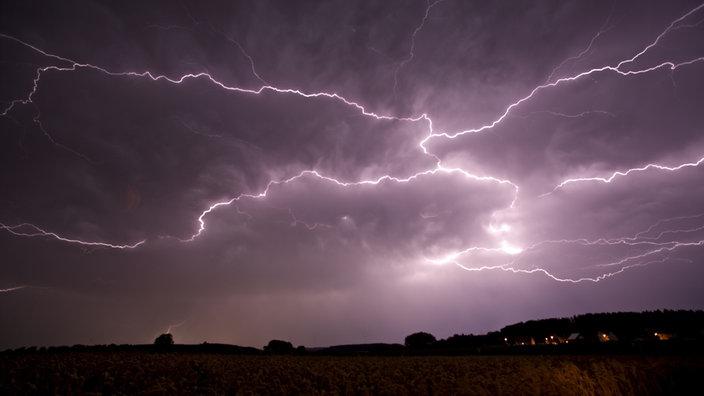 Gewitter mit Blitzen über Landschaft