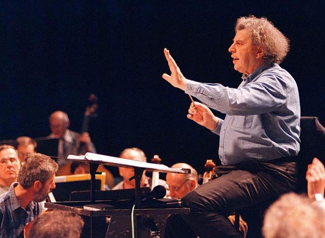 Le compositeur grec Mikis Theodorakis à l'Opera de Skopje(Macédoine du nord) lors d'une répétition, le 9 avril 1997.