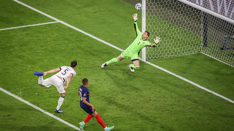 Vorrunde Frankreich – Deutschland: Das erste Tor eines deutschen Spielers bei der EM: Mats Hummels schießt das Eigentor zum 0:1 gegen Frankreich.